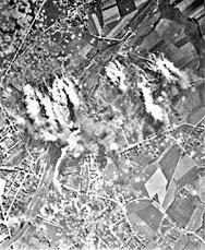 Foto Bombenteppich auf den Abschnitt Ruhr, Hoesch und Bahnhof